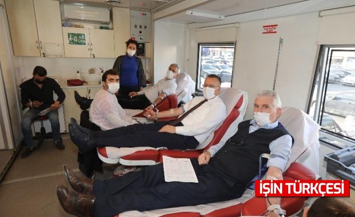 Adapazarı Belediyesi, muhtarlar ve gazeteciler kan bağışladı