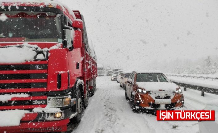Yoğun kar nedeniyle Anadolu Otoyolu'nda ulaşım aksadı
