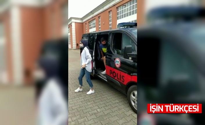 Öğrencileri sınava yetiştiren polis memuru ise o anları spiker gibi anlattı