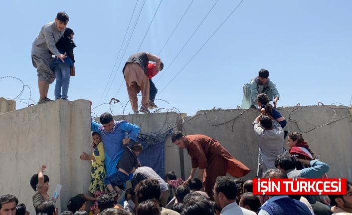 Afganistan'dan uçağın kanadına tutunarak kaçmaya çalışan Afgan!