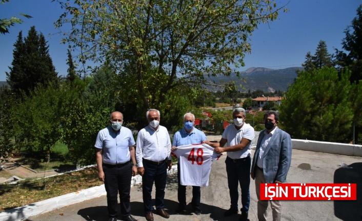 Azerbaycanlı ateş savaşçılarına Türk milli takım forması hediye edildi