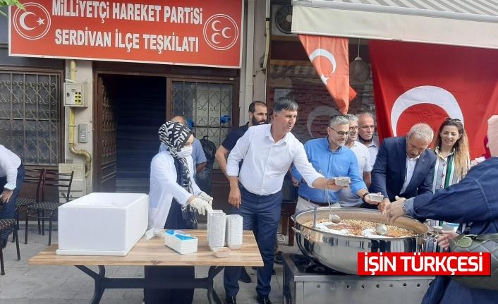 MHP Sakarya heyeti vatandaşlara aşure ikramında bulundu