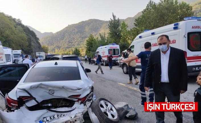 Sakarya'da ambulans ve araçların karıştığı kaza: 12 yaralı