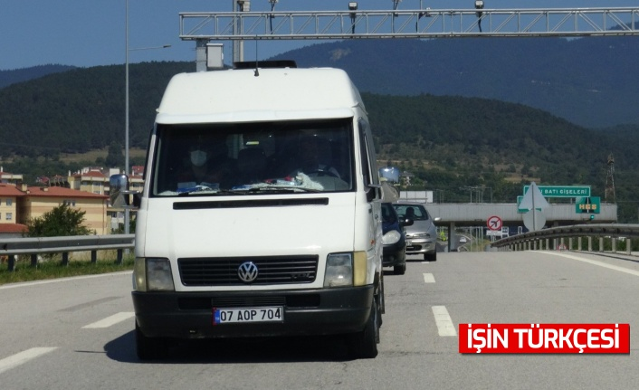 Sakarya'ya giden 13 sığınmacı minibüsün lastiği patlayınca yakalandı!