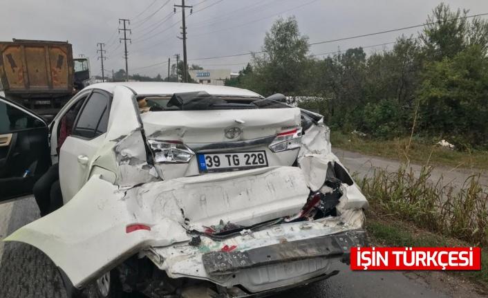 Erenler'de hafriyat kamyonu ve otomobil çarpıştı