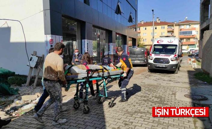İnşaat iskelesi kırıldı, üzerinde çalışan 2 işçi düşerek yaralandı