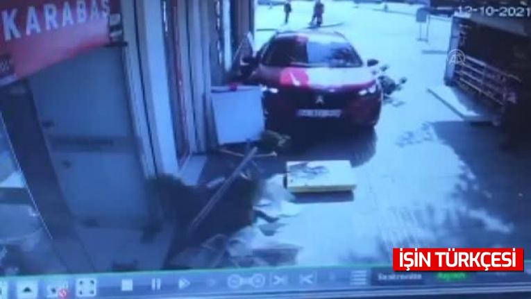 Sakarya'da bebek arabasıyla kaldırımda yürüyen kadına otomobilin çarptı