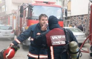 Güçlükle söndürülen yangında 2 itfaiyeci dumandan...