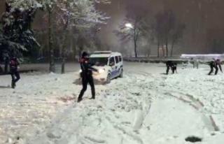 Sakarya'da polis ekipleri gönüllerince karın...