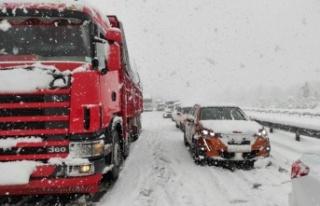 Yoğun kar nedeniyle Anadolu Otoyolu'nda ulaşım...