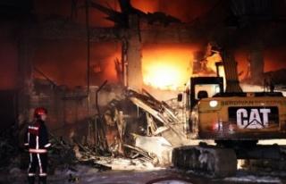 4 iş yerinin küle döndüğü yangın 3 saat sonra...