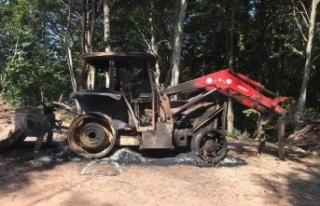 Kepçenin önce lastiklerini kestiler sonra ateşe...