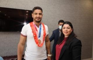 Olimpiyat bronz madalyası kazanan Taha Akgül, afetzedeleri...