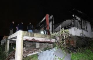 Alevler içerisinde kalan tek katlı evin içerisinde...