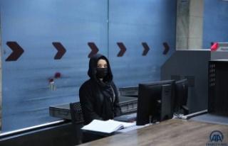 Kabil'de havalimanında çalışan kadın görevliler...
