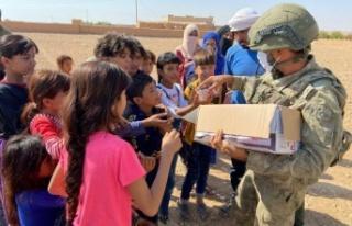 Kahraman Mehmetçiklerden Suriye halkına yardım