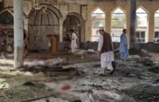 Afganistan'da cuma namazı esnasında bir camiye...