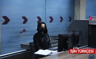 Kabil'de havalimanında çalışan kadın görevliler işlerine geri döndü