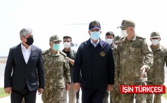 Milli Savunma Bakanı Hulusi Akar beraberindeki komutanlarla Suriye sınırında