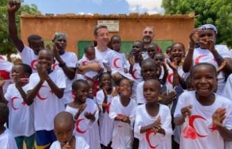 """Nijer'de çocuklar, Kızılay'ın yaptığı yardımlardan sonra """"Türkiye, Türkiye"""" şeklinde slogan attı!"""