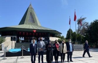 AK Parti, Adnan Menderes'i kabri başında ve 81 ilde andı