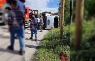 Sakarya'da otomobil ile çarpışan minibüs devrildi