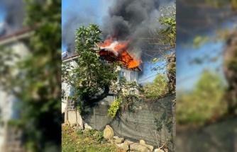 Sakarya'da 2 katlı evin çatısı alevlere teslim oldu