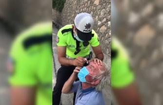 Sakarya'da bir trafik polisi gözünden rahatsızlanan tır şoförüne damla damlattı